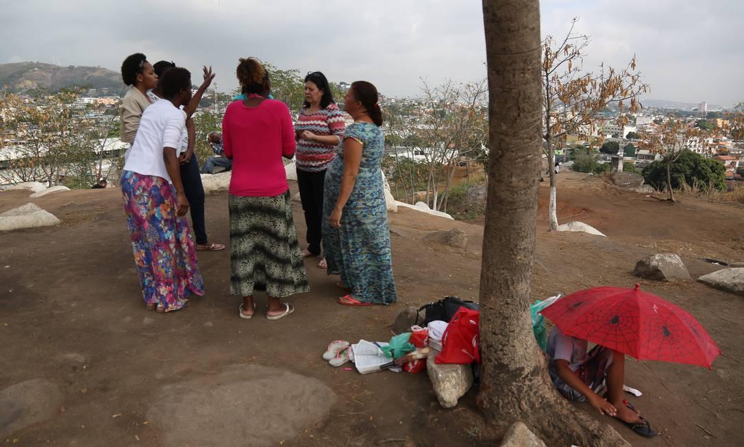 Orações podem levar fiéis a ficar dias nos montes Foto: Custódio Coimbra / Agência O Globo