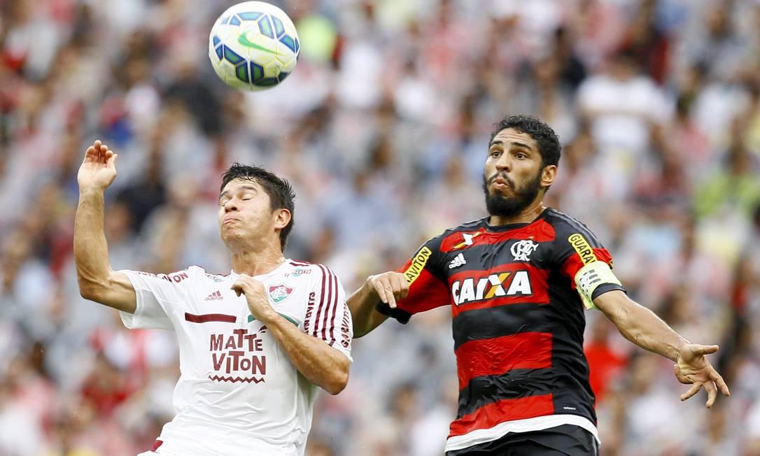 A disputa pela bola Marcelo Carnaval / Agência O Globo