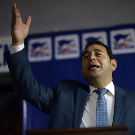 Jimmy Morales discursa para partidários após primeiro turno das eleições presidenciais na Guatemala Foto: JOHAN ORDONEZ / AFP