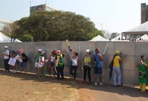 Placas de metal foram chamadas de 'Muro da vergonha' Foto: Jorge William / Agência O Globo