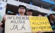 Vários manifestantes carregavam cartazes pedindo a volta dos militares ao poder