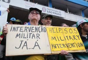 Vários manifestantes carregavam cartazes pedindo a volta dos militares ao poder Foto: Marcos Alves / Agência O Globo