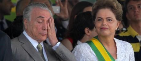 A presidente Dilma Rousseff conversa com seu vice, Michel Temer, durante desfile na Esplanada dos Ministérios, em Brasília Foto: Ailton de Freitas / Agência O Globo