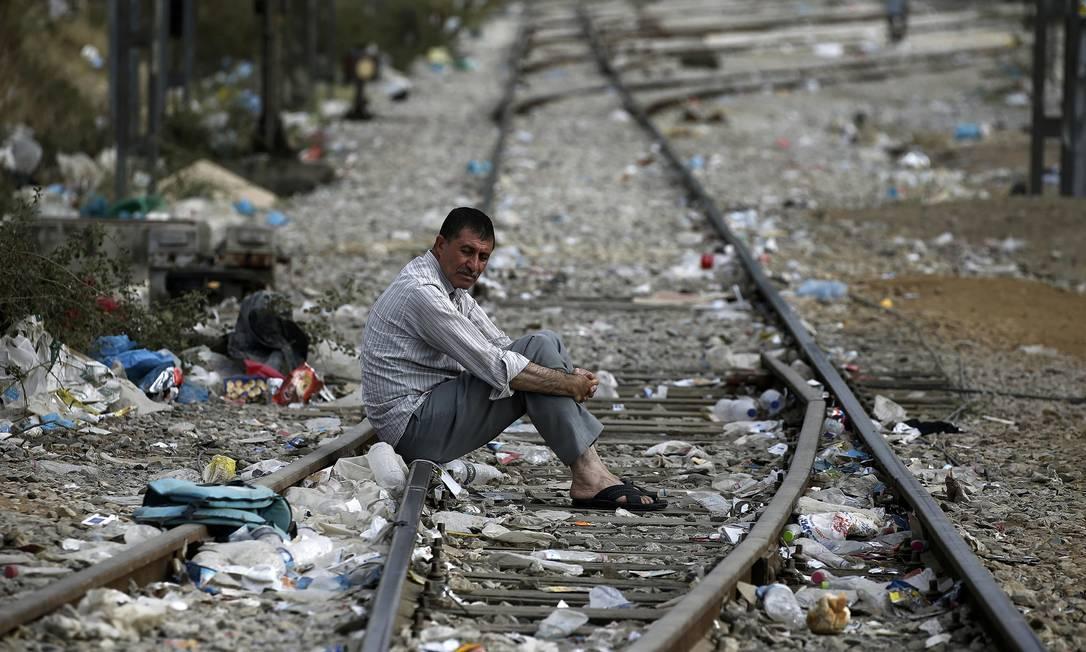 Refugiado sírio espera em linha férrea perto de Idomeni, fronteira grega com a Macedônia Foto: YANNIS BEHRAKIS / REUTERS