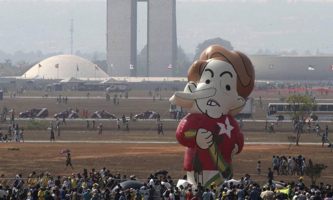 Boneco da presidenta Foto: Eraldo Peres / AP