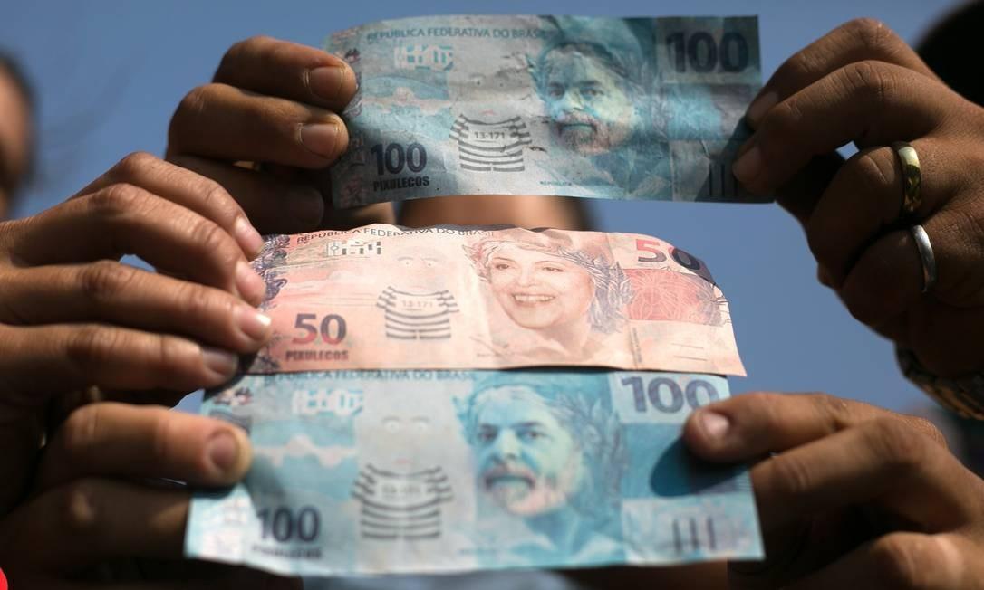 Cédulas com efígie de Lula e Dilma Foto: Andressa Anholete / AFP