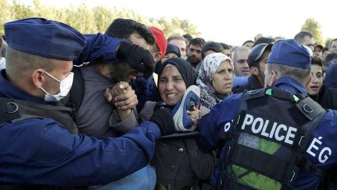 Migrantes são bloqueados por policiais em Roszke Foto: MARKO DJURICA / REUTERS