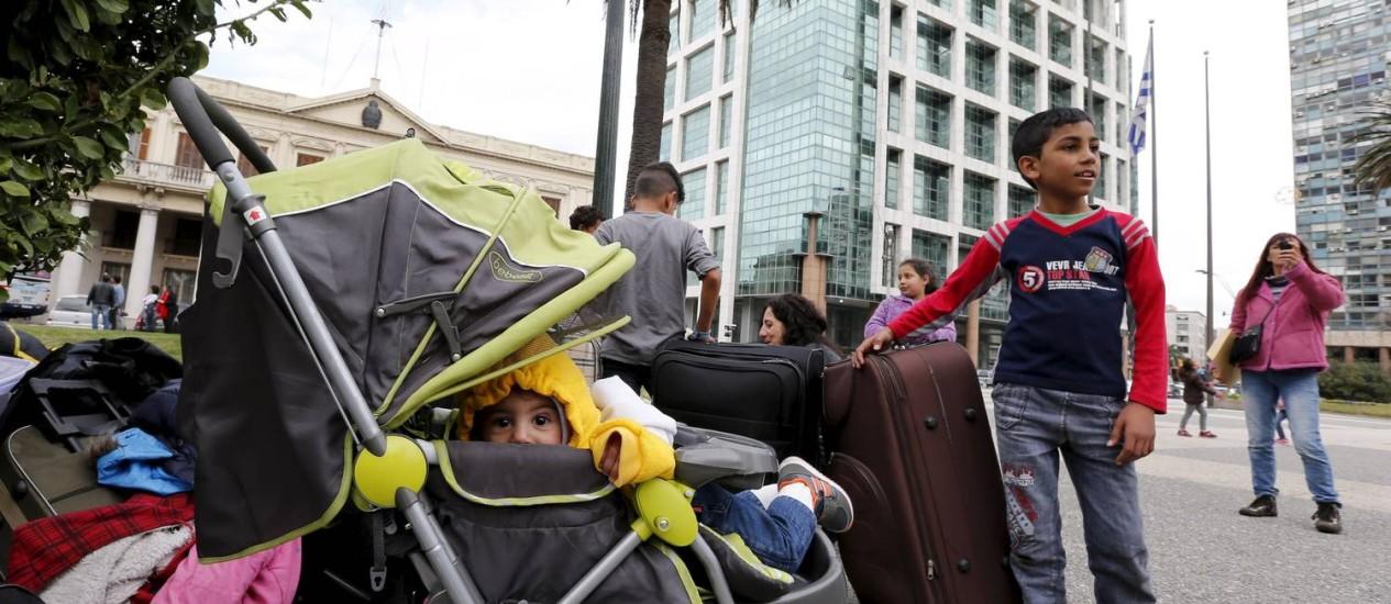 Crianças sírias esperam por definição na principal praça uruguaia Foto: ANDRES STAPFF / REUTERS