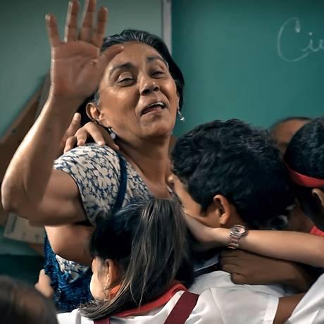 """Em uma cena de """"Numa escola em Havana"""", professora Carmela (interpretada por Alina Rodríguez) recebe o carinho dos alunos: filme debate educação cubana Foto: Divulgação"""