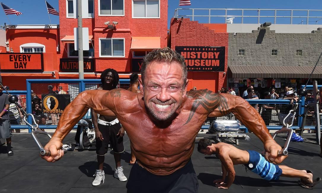 Tim Park prepara os musculos para se apresentar na competição de fisioculturismo em Venice Beach MARK RALSTON / AFP