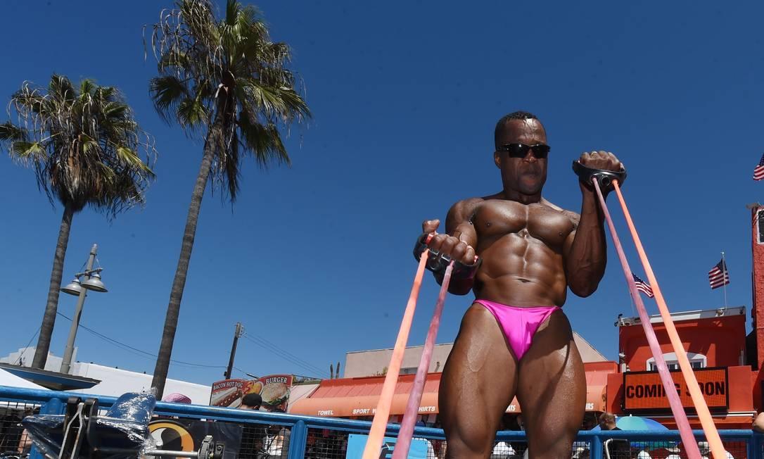 """Fisioculturista Moji se prepara para competir na """"Muscle Beach Championship"""" em Venice, Los Angeles, California. O evento de fisioculturismo e competição de biquini é um dos mais tradicionais do segmento MARK RALSTON / AFP"""