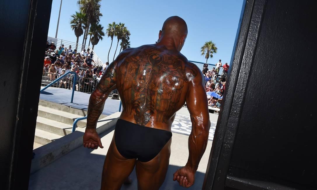 "Fisioculturista antes de entrar e competir na ""Muscle Beach Championship"" em Venice, Los Angeles, California MARK RALSTON / AFP"