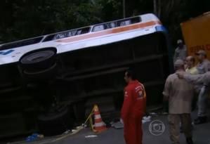 Equipes de socorro ao lado de ônibus que tombou em Paraty Foto: Reprodução / TV Globo