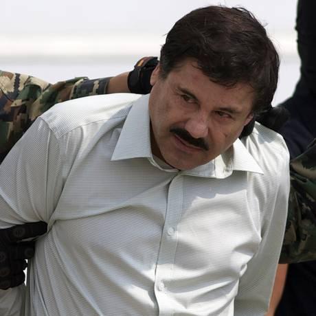 Joaquín 'El Chapo' Guzmán, considerado o narcotraficante mais poderoso do México, é escoltado por autoridades mexicanas Foto: Eduardo Verdugo / AP