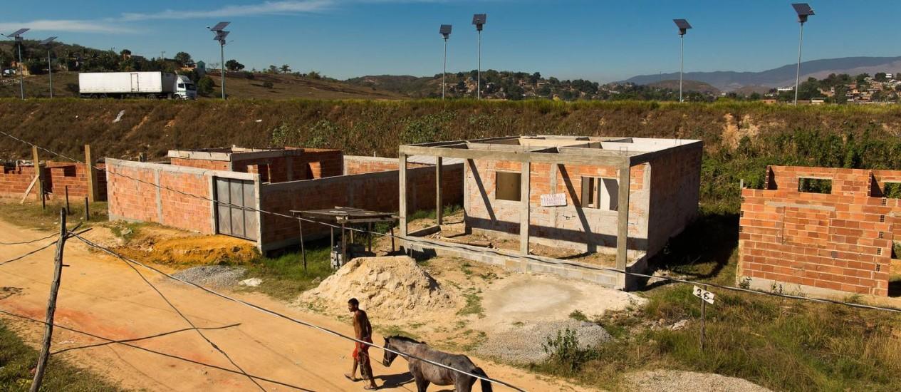 Construções as margens do Arco Metropolitano na Vila de Cava, em Nova Iguaçu Foto: Daniel Marenco / Daniel Marenco