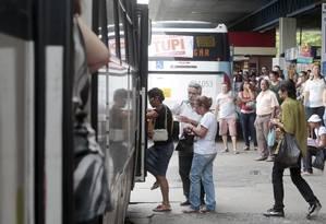Idosos embarcam em ônibus no terminal da Central do Brasil: precariedade no transporte público afeta mobilidade de pessoas desta faixa etária Foto: Pedro Kirilos