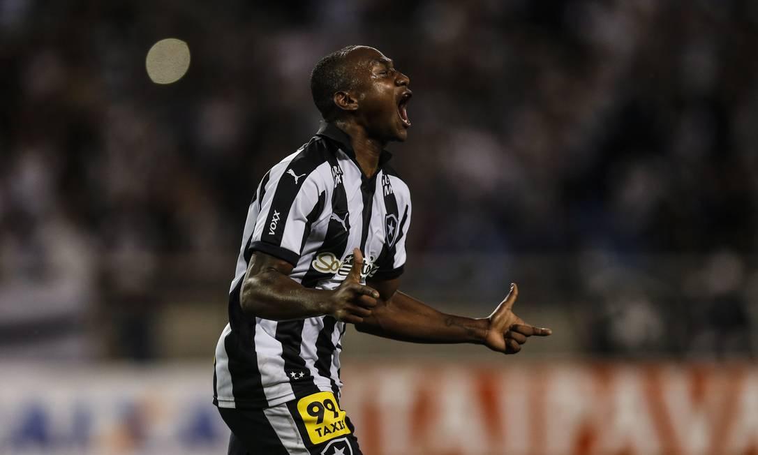 A emoção de Sassá, autor dos gols do Botafogo Alexandre Cassiano / Agência O Globo