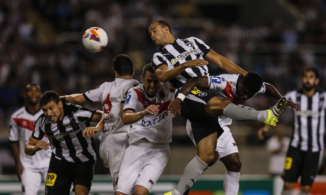 Diego Giaretta e Roger Carvalho disputam a bola com a zaga do Paraná Alexandre Cassiano / Agência O Globo