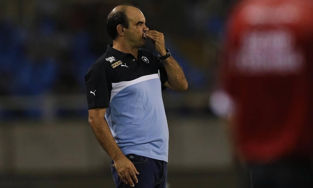 O técnico do Botafogo, Ricardo Gomes, observa a partida Alexandre Cassiano / Agência O Globo