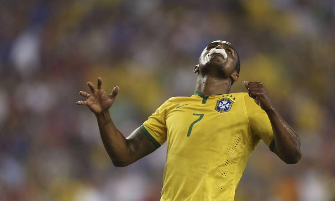 Douglas Costa foi outra boa opção ofensiva do time de Dunga Leo Correa / Leo Correa/Mowa Press