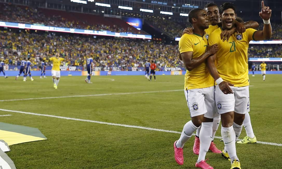 Hulk é abraçado ao fazer o primeiro gol do Brasil Leo Correa / Leo Correa/Mowa Press