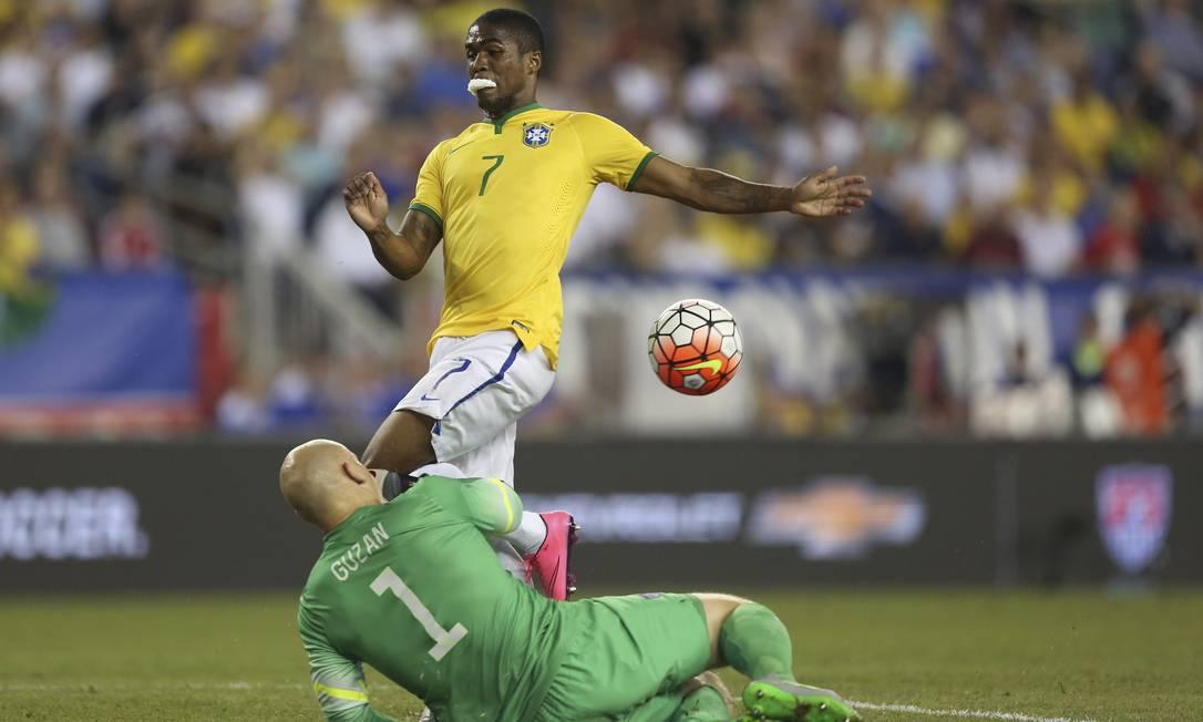 Douglas Costa divide a bola com o goleiro americano Leo Correa / Leo Correa/Mowa Press