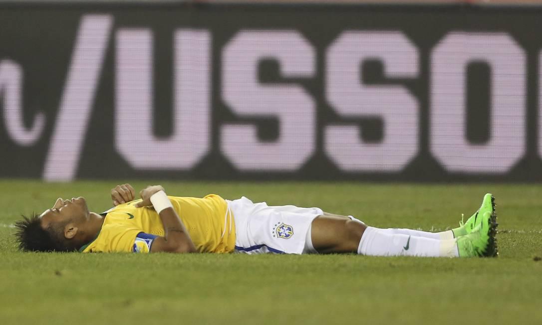 Neymar cai no gramado ao receber falta Leo Correa / Leo Correa/Mowa Press