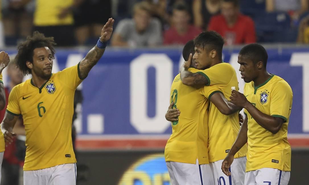 Neymar É abraçado pelos companheiros após um dos gols Leo Correa / Leo Correa/Mowa Press