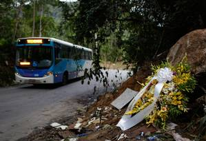 Flores no local do acidente ocorrido domingo, na estrada entre Paraty e Trindade: dez passageiros continuam internados, dois deles em estado grave Foto: Pablo Jacob / Agência O Globo
