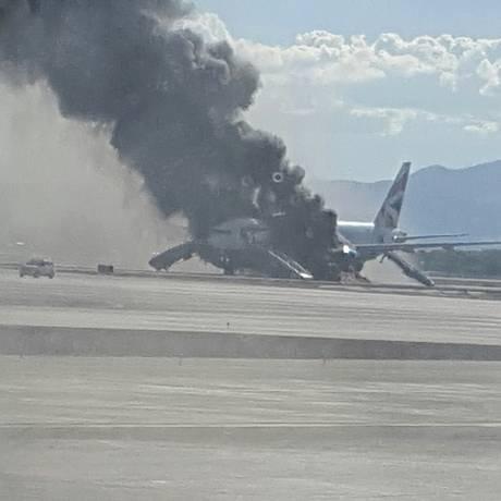 Imagens de testemunhas mostram fogo se espalhando pelo Boeing da British Airways Foto: Eric Hays / AP