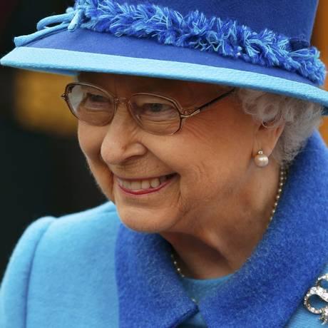 Rainha Elizabeth II sorri no dia em que seu reinado bateu recorde de mais longo na história do Reino Unido Foto: PHIL NOBLE / REUTERS