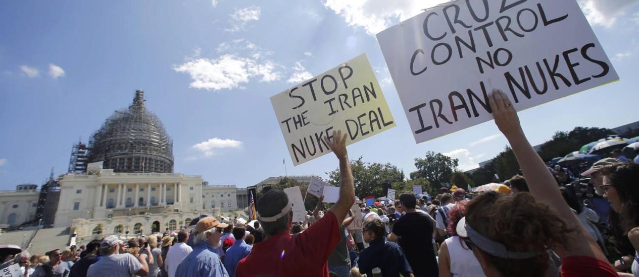 Em protestos de 2015, manifestantes pedem que o Irã não tenha acesso a armas nucleares Foto: JONATHAN ERNST / REUTERS
