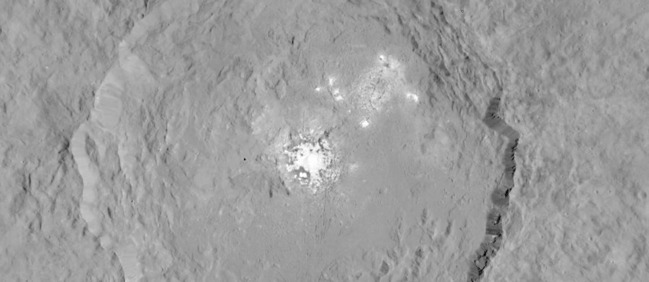 Uma das imagens da cratera Occator captadas pela sonda Dawn com suas intrigantes regiões mais brilhantes Foto: Nasa/JPL-Caltech