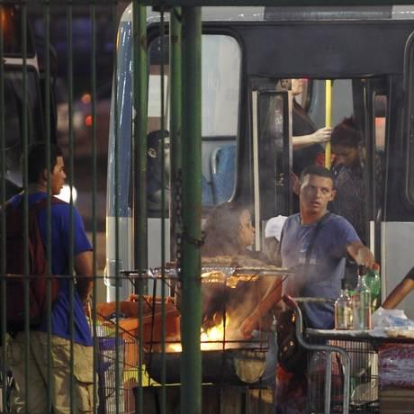 Hora do rush. Ambulantes se concentram próximo ao ponto de ônibus do BarraShopping Foto: Pedro Teixeira / Agência O Globo