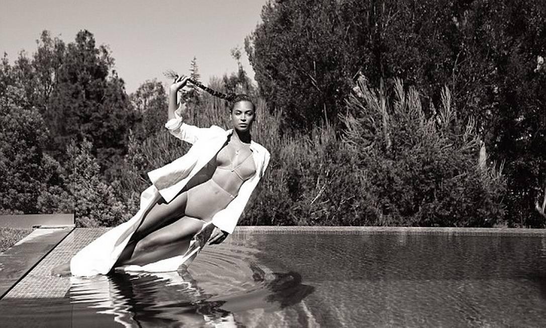Em uma das fotos mais impactantes, Beyoncé parece desafiar as leis da gravidade Robin Harper/FLAUNT