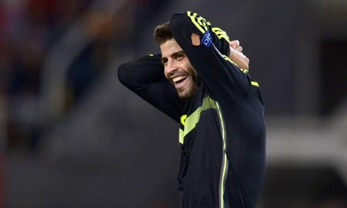 Piqué leva as mãos à cabeça em jogo entre Espanha e Macedônia: zagueiro mostrou não se importar com vaias da torcida espanhola Foto: NIKOLAY DOYCHINOV / AFP
