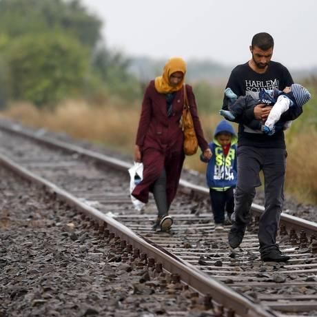 Família de refugiado caminha para campo perto de Roszke, no Sul da Hungria Foto: Matthias Schrader / AP
