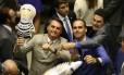 Brasília - BSB - PA - 09/09/2015 - PA - O Deputado Federal Ságuas Moraes (PT-MT) dando tapa no boneco pixuleco durante protesto dos Deputados Jair Bolsonaro (PP-RJ) Eduardo Bolsonaro (PSC-SP) no plenário.Na votação que aprovou há pouco o parecer do relator, deputado Rodrigo Maia (DEM-RJ), ao substitutivo do Senado para o projeto de lei da minirreforma eleitoral (PL 5735/13), ressalvados os destaques apresentados pelos partidos, que podem pedir a votação em separado de pontos aprovados ou rejeitados pelo relator.Na foto: Foto de Ailton de Freitas / Agência O Globo