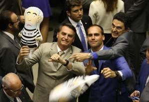 Brasília - BSB - PA - 09/09/2015 - PA - O Deputado Federal Ságuas Moraes (PT-MT) dando tapa no boneco pixuleco durante protesto dos Deputados Jair Bolsonaro (PP-RJ) Eduardo Bolsonaro (PSC-SP) no plenário.Na votação que aprovou há pouco o parecer do relator, deputado Rodrigo Maia (DEM-RJ), ao substitutivo do Senado para o projeto de lei da minirreforma eleitoral (PL 5735/13), ressalvados os destaques apresentados pelos partidos, que podem pedir a votação em separado de pontos aprovados ou rejeitados pelo relator.Na foto: Foto de Ailton de Freitas / Agência O Globo Foto: Ailton de Freitas / Agência O Globo