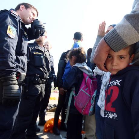 Imigrantes esperam por ônibus que os levará da Hungria para a Áustria Foto: Ronald Zak / AP