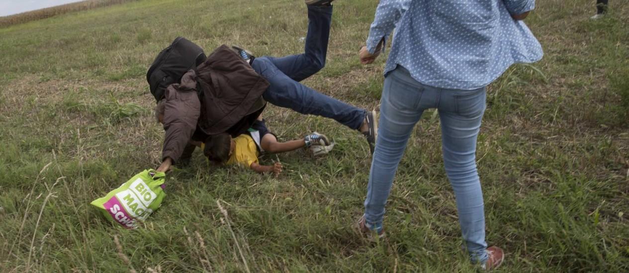 Petra Laszlo foi filmada chutando criança refugiada e dando uma rasteira em outro imigrante que tentava entrar na Hungria a partir da fronteira com a Sérvia Foto: MARKO DJURICA / REUTERS