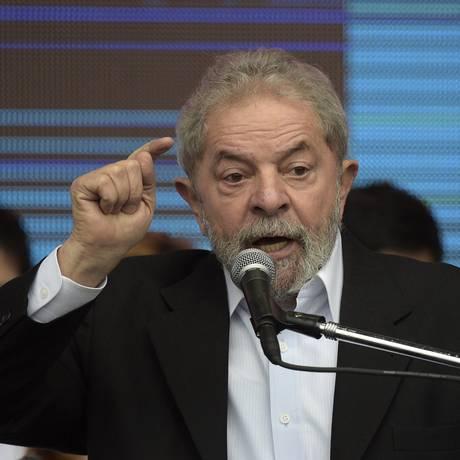 Ex-presidente Lula discursa em Brasília durante viagem à Argentina para ajudar campanha presidencial do kirchnerista Daniel Scioli Foto: JUAN MABROMATA / AFP