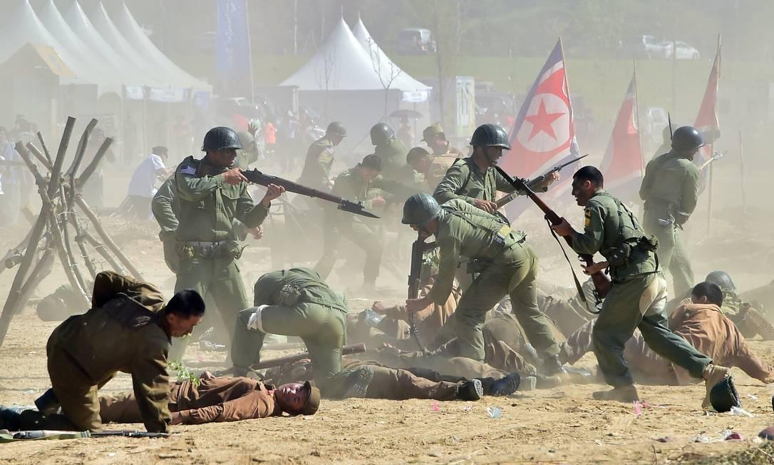 A celebração do 65º aniversário da invasão da Coréia do Norte pela Coréia do Sul contou com a participação de soldados americanos que representaram as forças da ONU que auxiliaram no conflito JUNG YEON-JE / AFP