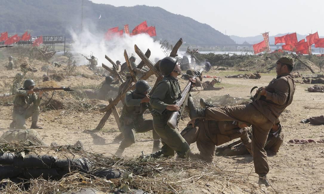 A celebração do 65º aniversário da invasão da Coréia do Norte pela Coréia do Sul contou com a participação de soldados americanos que representaram as forças da ONU que auxiliaram no conflito Ahn Young-joon / AP