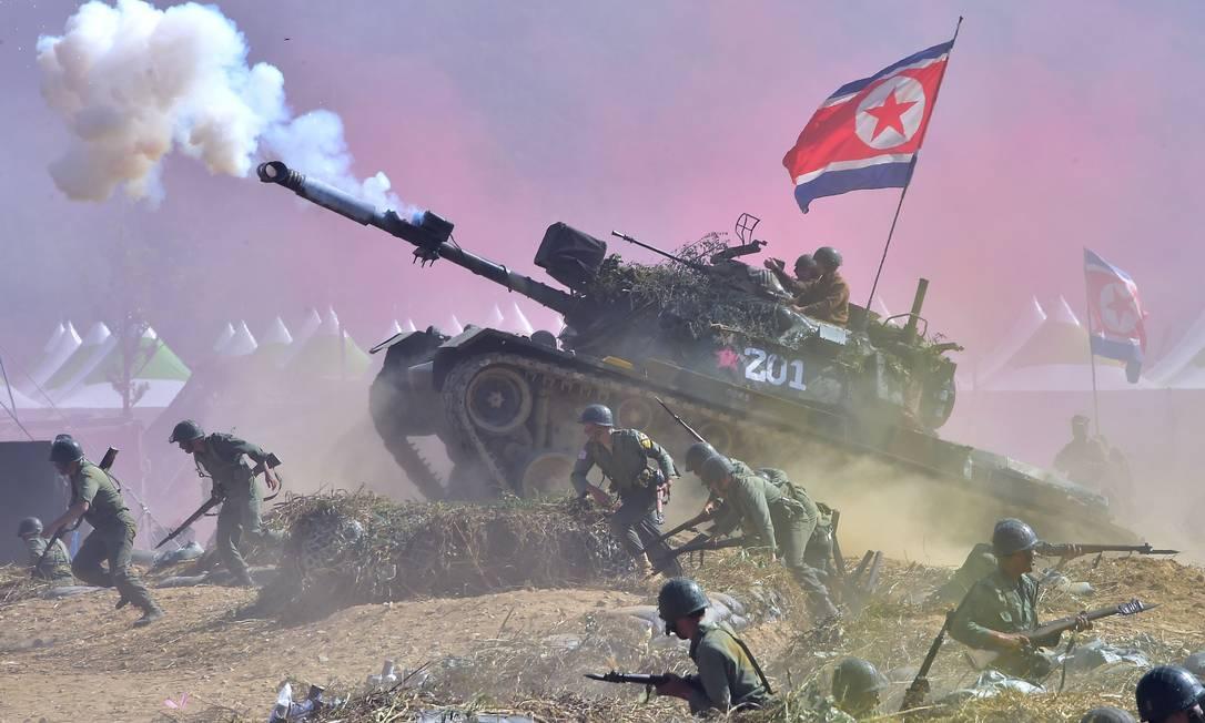 Exército sul-coreano reencena a batalha do rio Nakdong para marcar o 65º aniversário da invasão à Coréia do Norte. Os soldados do sul representaram os dois lados do conflito. Os dois países seguem tecnicamente sob estado de guerra desde a Guerra da Coréia ( 1950-1953) JUNG YEON-JE / AFP