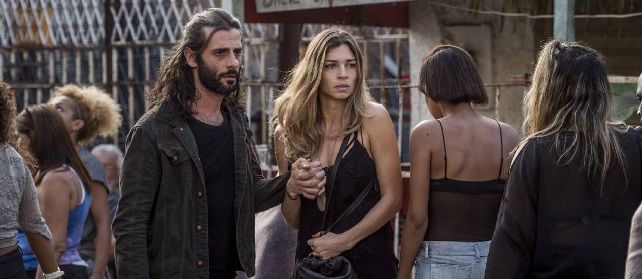 Larissa (Grazi Massafera) e Roy (Flávio Tolezani) na cracolândia em 'Verdades secretas' Foto: TV Globo / João Cotta