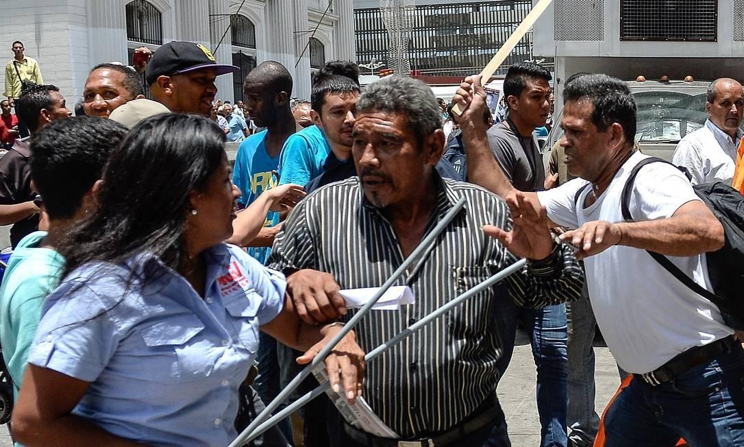 Opositores e manifestantes chavistas se enfrentam antes de audiência Foto: FEDERICO PARRA / AFP