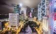 Drinque com vista: anoitecer em Hong Kong, do Sevva Bar and Lounge