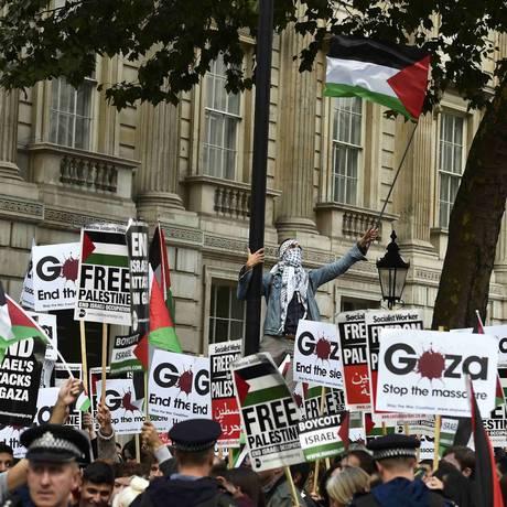 Manifestantes pró-Palestina protestam perto da residência do premier britânico, David Cameron, que se reuniu com seu par israelense, Benjamin Netanyahu Foto: TOBY MELVILLE / REUTERS