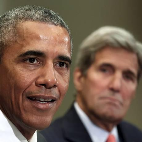 Obama é acompanhado pelo secretário de Estado, John Kerry, em encontro com mãe de soldados mortos Foto: KEVIN LAMARQUE / REUTERS